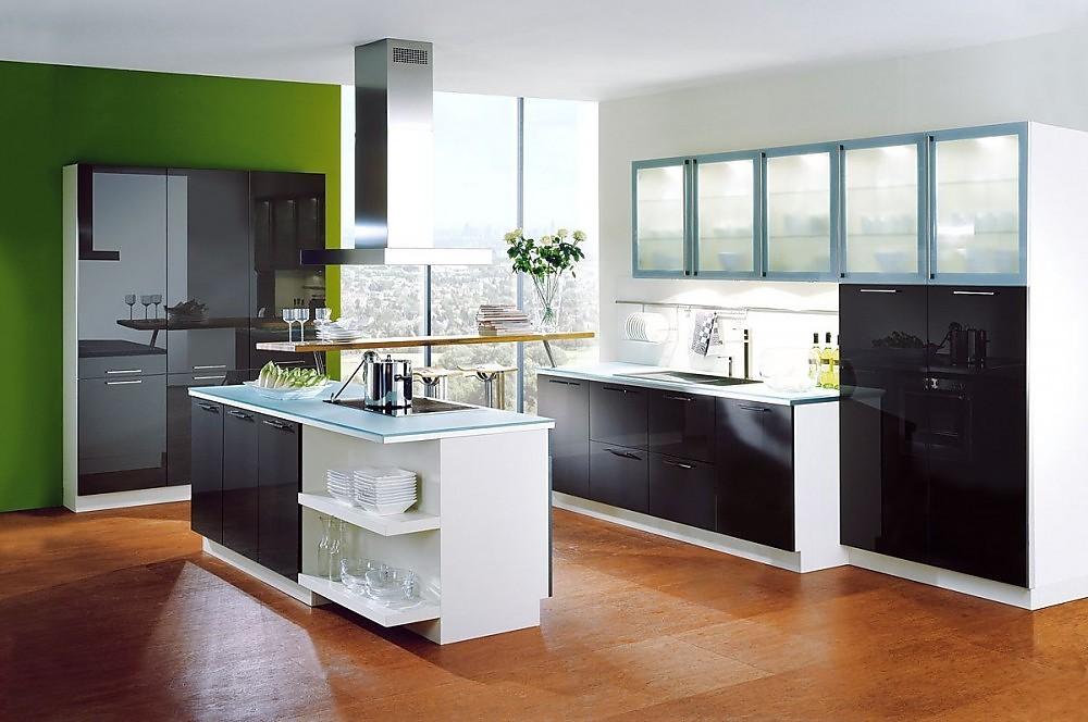 Cocina con isla y con armarios columnas y altos de frentes for Frentes de armarios de cocina