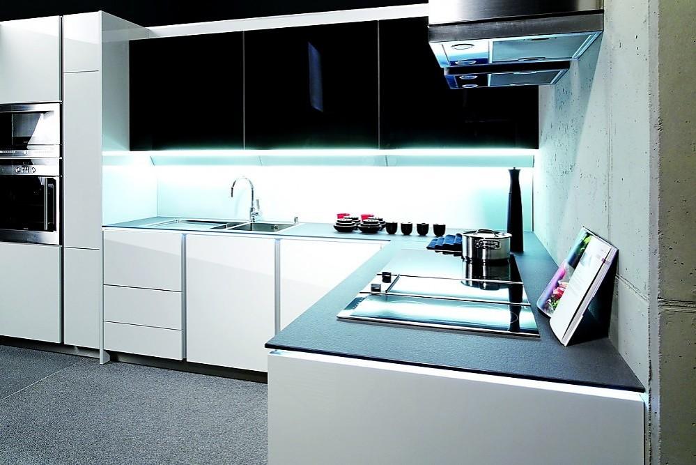 Cocina integra altea en l blanca y negra sin tiradores - Cocinas exposicion ocasion ...