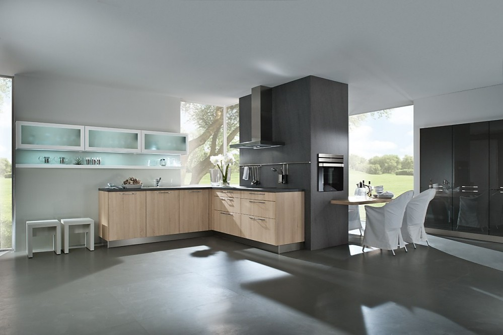 Cocina de madera de roble natural sin tiradores con mesa y sillas ...