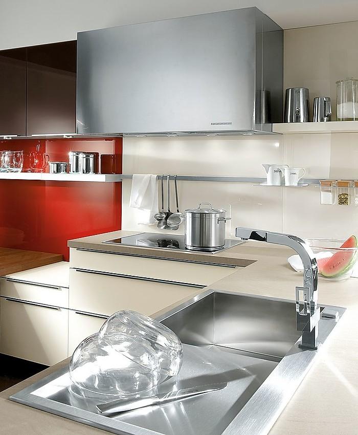 Cocina en L con fregadero de diseño y campana extractora ...