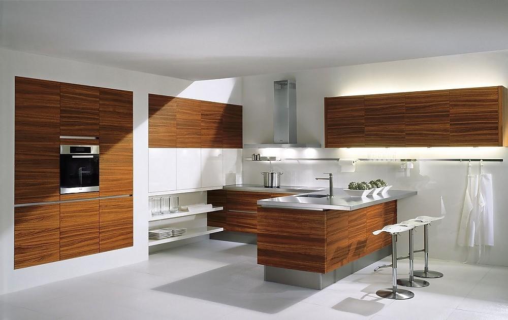 Cocina abierta con barra de madera de teac y frentes en for Disenos cocinas abiertas