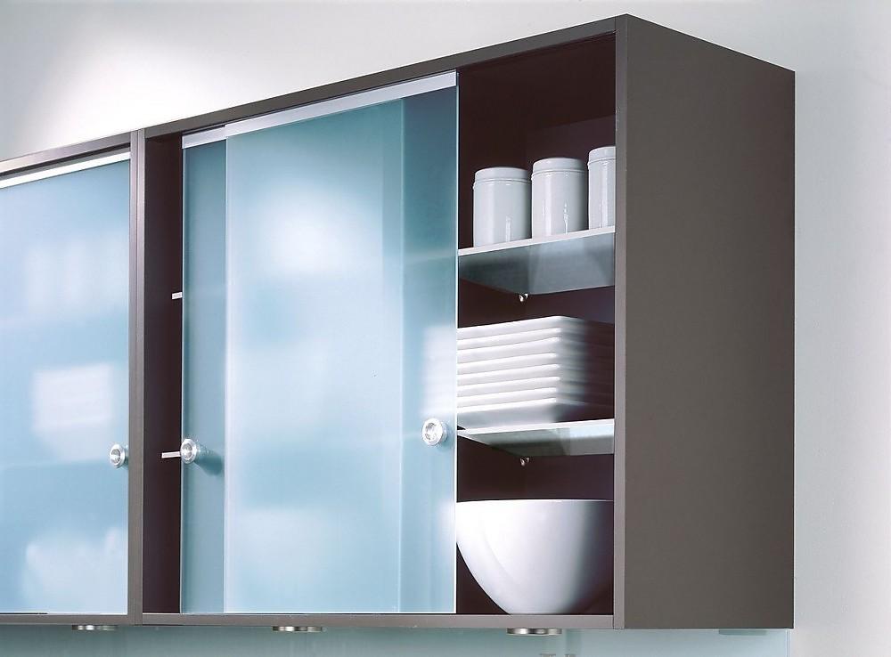 Armario alto en gris oscuro con puertas correderas en - Cocinas con puertas de cristal ...
