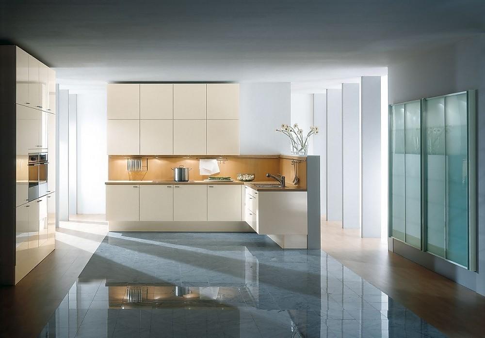 Cocina en l nea con armarios altos y columna de for Cocinas integrales en linea