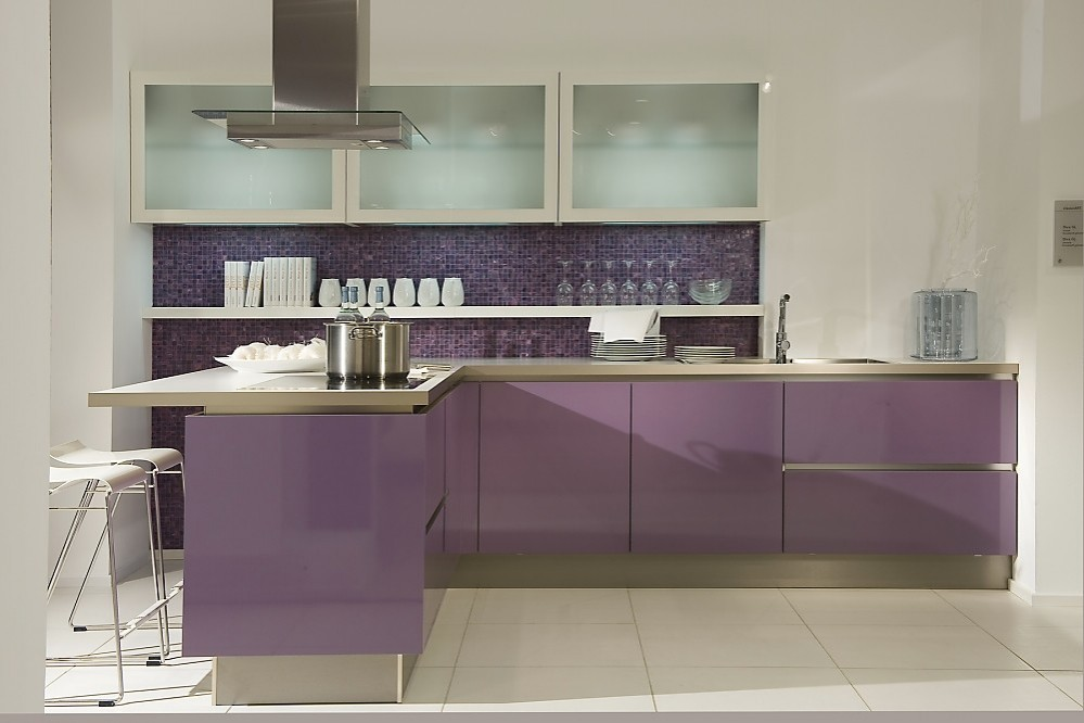 Cocina en l sin tiradores en un moderno tono violeta - Tiradores de cocina modernos ...