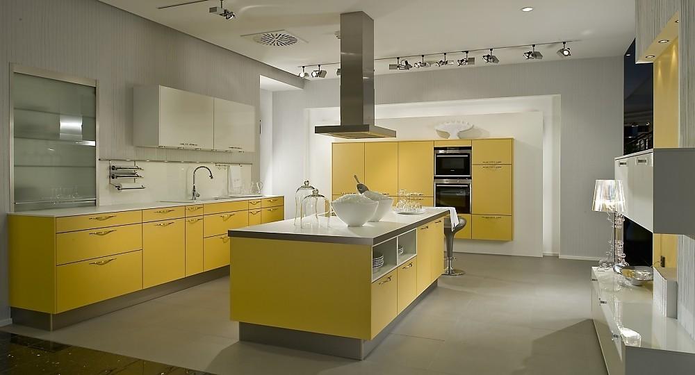 Cocina en U con armarios flotantes en amarillo mango