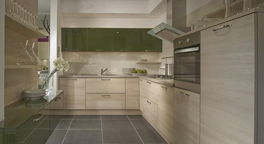 Cocina en u verde oliva combinado con elementos de madera - Cocinas madera clara ...
