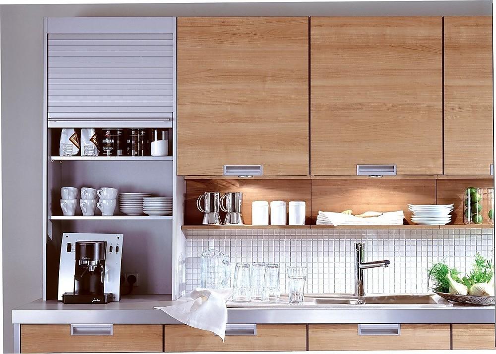 Armarios altos de madera y armario torre en gris plata con for Persianas para cocina modernas
