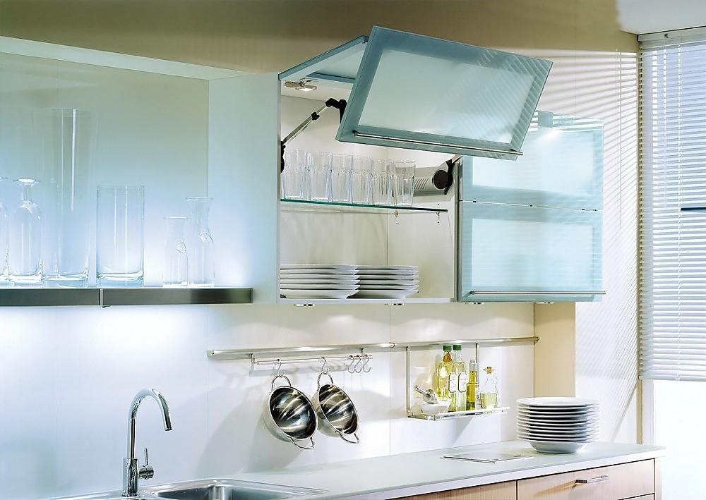 Armario alto iluminado con puertas plegables en cristal satinado - Puertas plegables para cocina ...