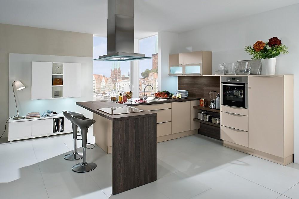 Cocina blanca alto brillo en L de madera con office y aparador