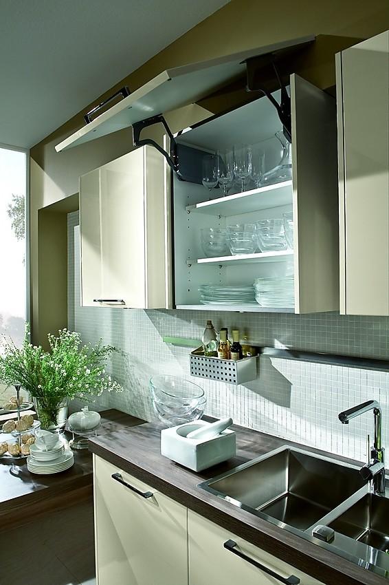 Cocina en crema con armarios columnas de puertas correderas for Armario cocina puertas correderas