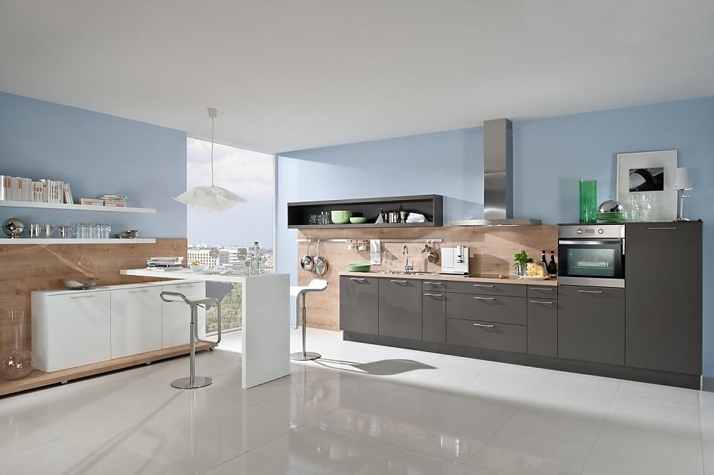 Cocina americana en gris con paredes revestidas de paneles - Paneles imitacion madera ...
