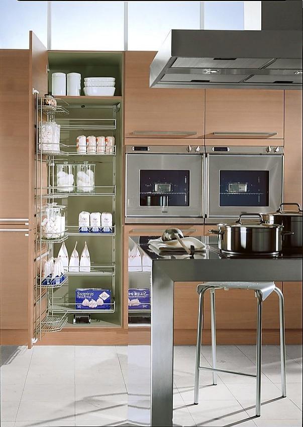 Isla de cocina con armarios despenseros y columna de for Cocinas completas con electrodomesticos